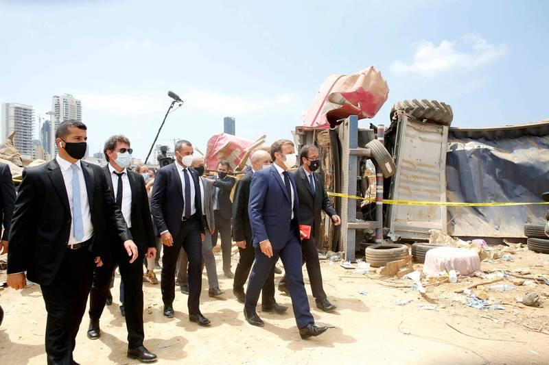 法國總統馬克宏(右2戴白口罩者)於爆炸案後迅速對黎巴嫩伸出援手,但他也要求黎巴嫩做出改革。如今黎巴嫩政府卻無法交出一張讓法國滿意的答卷。(路透資料照)