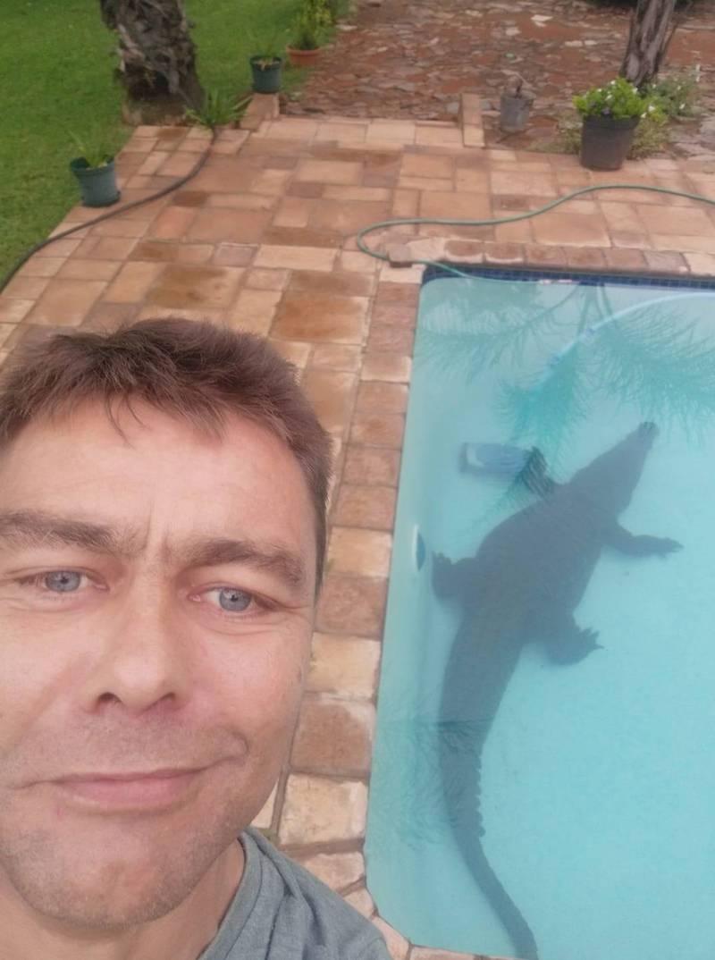 屋主雅各布與鱷魚合照。(圖片擷取自臉書/Wild Heart Wildlife Foundation)