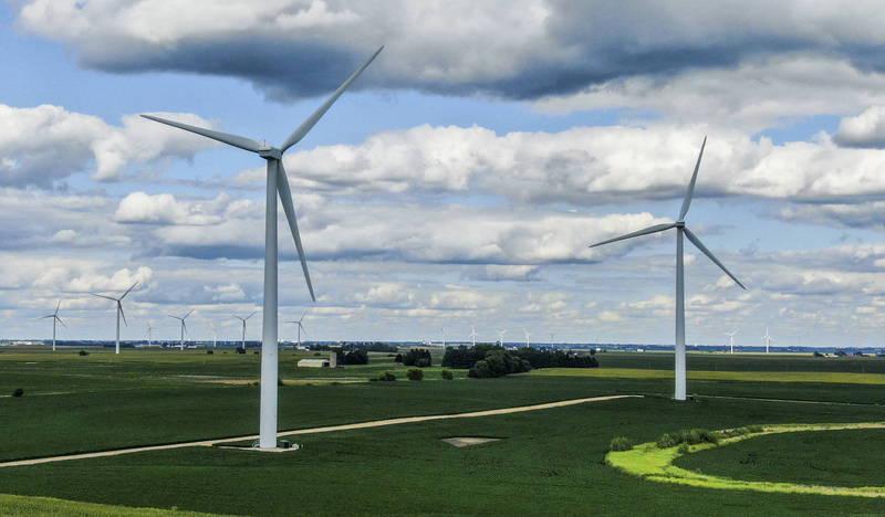 美國海洋能源管理局3日透過聲明指出,將重啟葡萄園風(Vineyard Wind)離岸風電廠計畫許可審查,圖為美國伊利諾州(Illinois)風電設施。(歐新社)