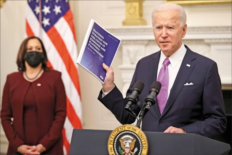 美國總統拜登(右)四日視察國務院並發表演說。圖為他就任翌日的一月二十一日,在白宮談及新政府的防疫計畫,副總統賀錦麗也在一旁。(路透檔案照)