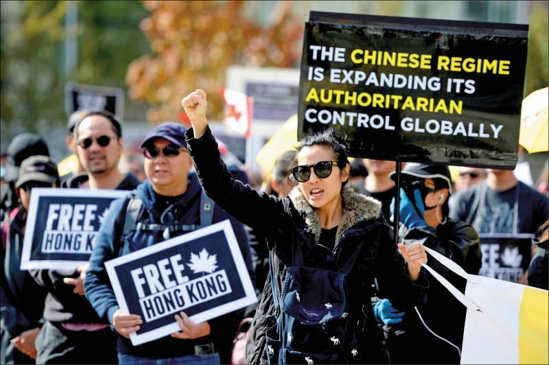 加拿大支持香港的民眾,二○一九年九月在溫哥華集會,聲援香港的「反送中」運動。(路透檔案照)