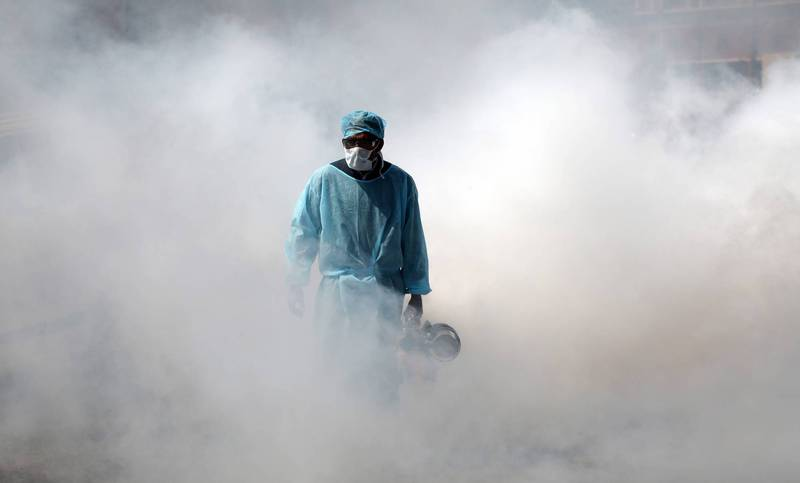 Indian health workers sprayed medicine to disinfect and prevent the epidemic in a market last March.  (Photo from Euronews Agency)