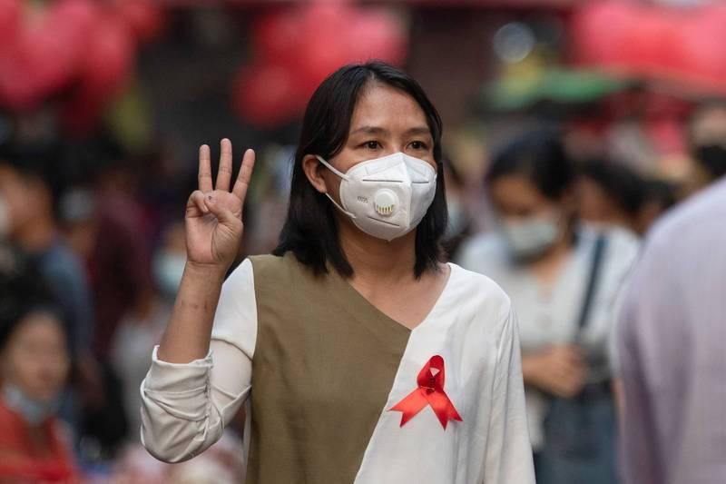 一名女子5日參與在仰光舉行的反軍事政變抗議行動。(路透)