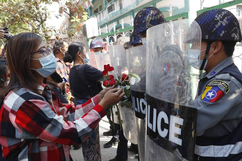 On the 5th, in Wacheng, Myanmar's second largest city, hundreds of teachers and students took to the streets to protest the military coup, and the people presented roses to the police.  (Associated Press)