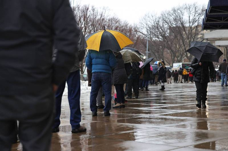 At least 2.285334 people worldwide have died of Wuhan pneumonia, and at least 144,848,470 confirmed cases. The picture shows people in New York, USA, waiting in line for vaccination.  (AFP)