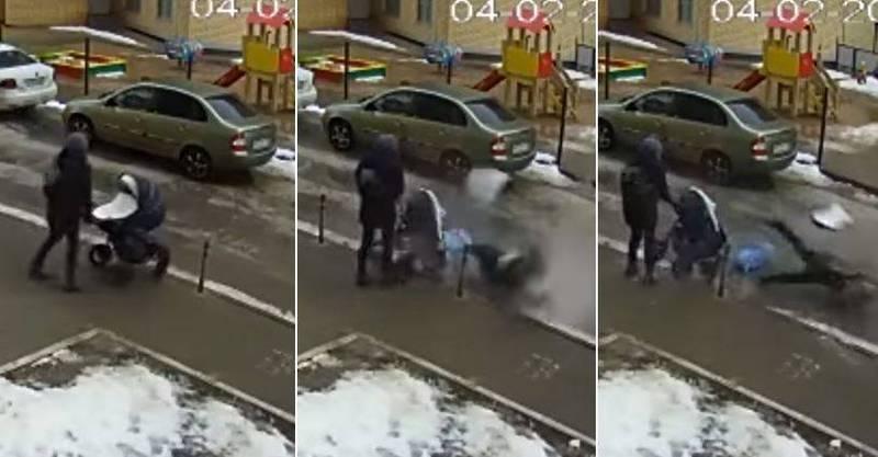 一名男子從高樓窗戶墜落在地,剛好砸中一名路過婦女所推的嬰兒車,導致車內嬰兒噴飛後重摔地上。(擷取自YouTube頻道「У хайпа на хвосте!」)