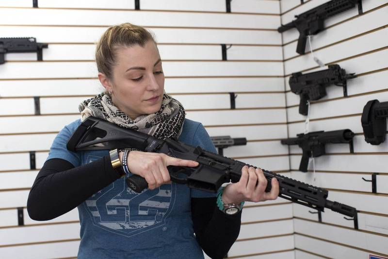 The Capitol Hill incident in the United States on the 6th of last month, and Biden, who supports strict gun control, took the stage and other factors, so that gun sales in the United States last month broke the historical record in January of the previous year. The picture shows a female gun shop owner demonstrating gun operations.  (AFP)