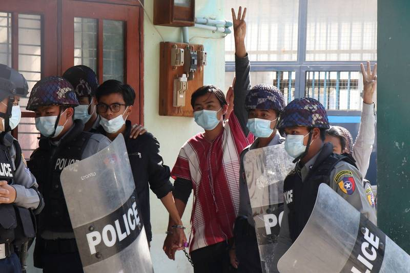 The Myanmar military government blocked the use of Facebook, and local people turned to register on Twitter, calling for respect for the election results. The picture shows the arrest of students protesting in Myanmar.  (Reuters)
