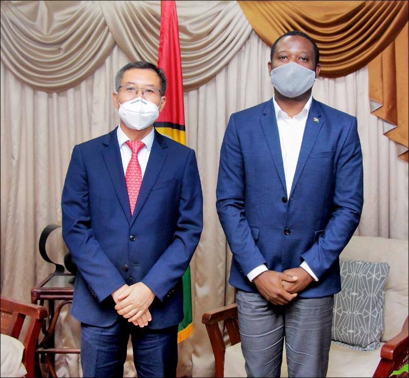 蓋亞那政府閃電終止與我國設置台灣辦公室的協議,蓋國外交部長陶德(右)也在臉書貼出與中國臨時代辦陳錫來(左)會面照片。(取自蓋國外交與國際合作部長陶德臉書)