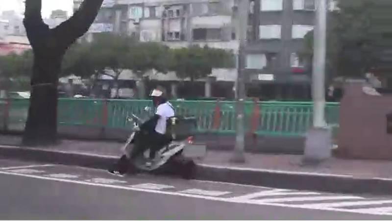 警方跟監楊男,拍到他假冒外送員販運毒品的畫面。(記者張瑞楨翻攝)
