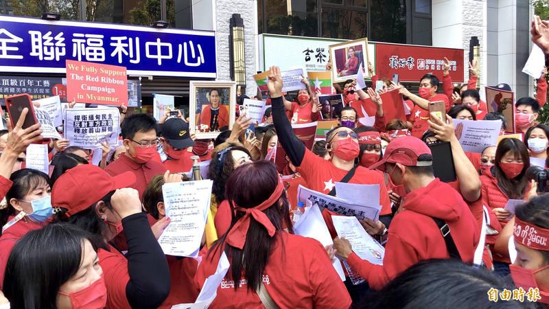 今日近500名在台緬僑參與繞街活動,聲援緬甸「公民不服從運動」。(記者羅綺攝)