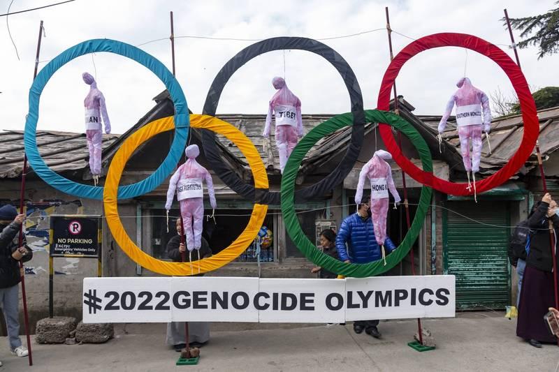 流亡印度的西藏人3日以奧運5環上吊著5名人偶的道具,指控北京冬奧是「種族滅絕奧運」。5名人偶分別代表被中國打壓的台灣、西藏、香港、內蒙古和新疆維吾爾族。(美聯社)