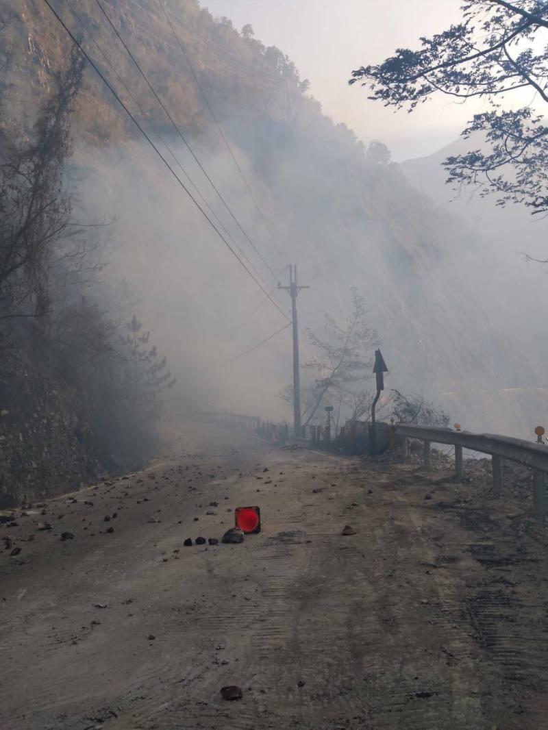 中橫便道19.3公里處今天下午傳出山林火警,現場煙霧瀰漫。(民眾提供)