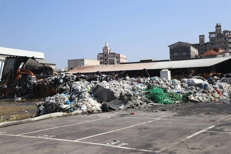 嘉義市青年街3日發生工廠火警,工廠堆放非法收受的廢棄物。(嘉義市政府提供)
