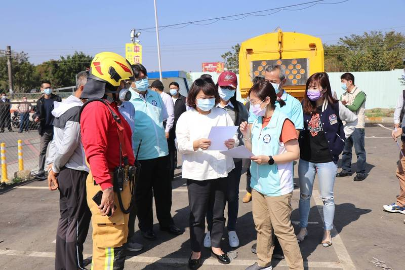 嘉義市長黃敏惠(中)裁示環保局、消防局、警察局、建設處等單位加速調查及加強稽查。(嘉義市政府提供)