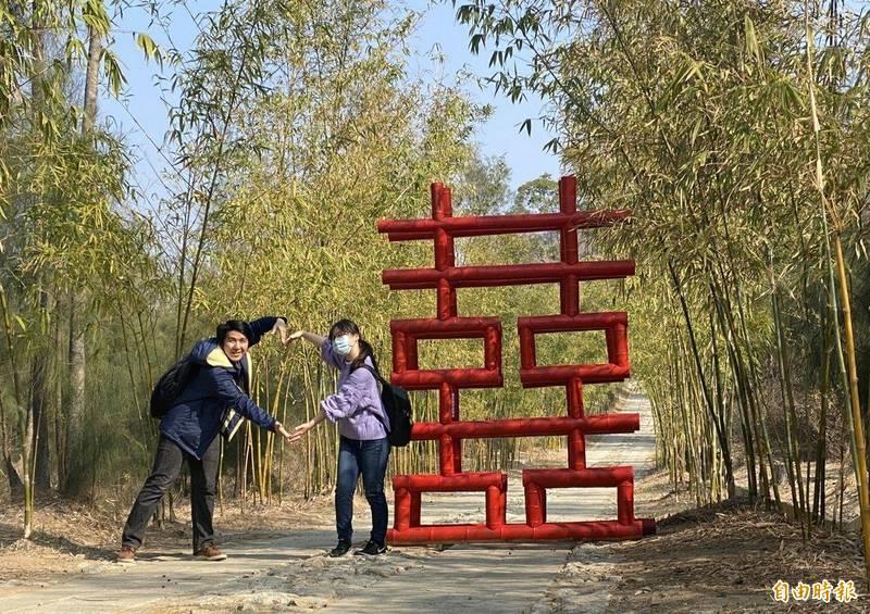 金門植物園竹林廊道豎起的大「囍」字,成了不少遊客打卡的熱點。(記者吳正庭攝)
