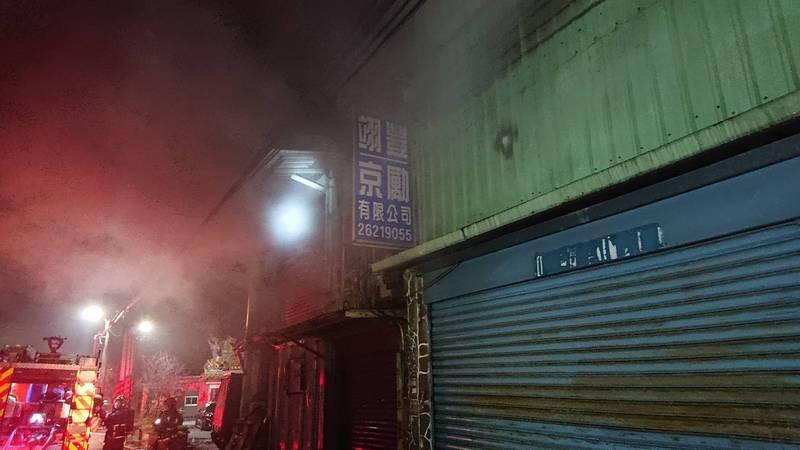 新北市淡水今晚傳出塑膠工廠火警,消防人車出面灌救。(記者吳仁捷翻攝)