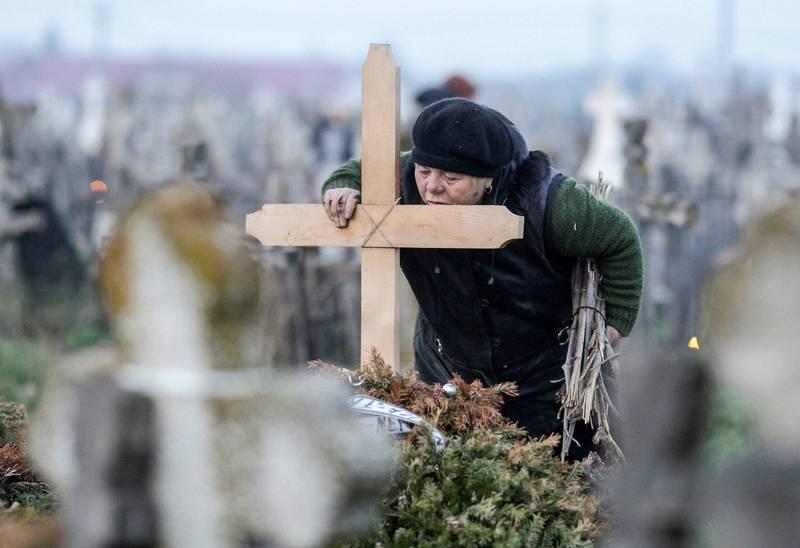羅馬尼亞東正教洗禮儀式發生悲劇,1名6週大嬰兒被浸入聖水後死亡,當地隨即出現改革聲浪。羅馬尼亞墓地示意圖,與本新聞無關。(路透)