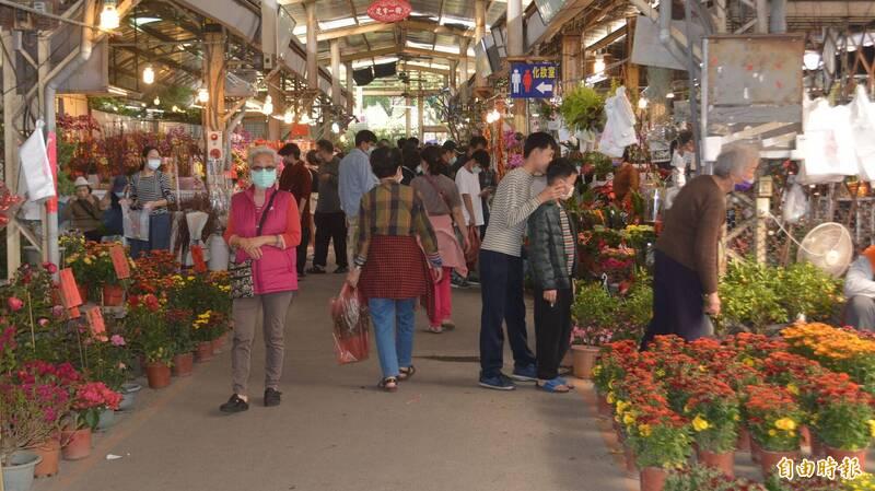 大里國光花市春節期間從2月6日到16日連續營業11天不休息,今天過年前最後一個假日吸引大批民眾到場買花。(記者陳建志攝)