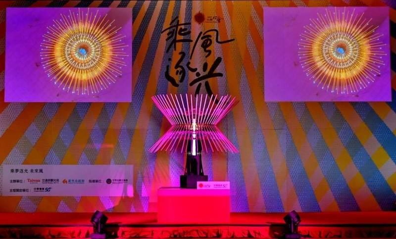 主燈以「乘風逐光」為名,結合以「風光」為特色元素,竹藝燈籠將運用機械裝置,使108根竹子呈現出如風一般地的律動,以新竹聞名的玻璃為素材,呈現不同以往的高科技的未來感主燈。(擷自台灣燈會網站)