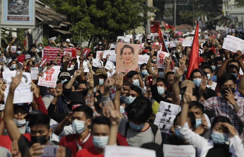 支持翁山蘇姬的大批示威者連2日走上街抗議。(歐新社)