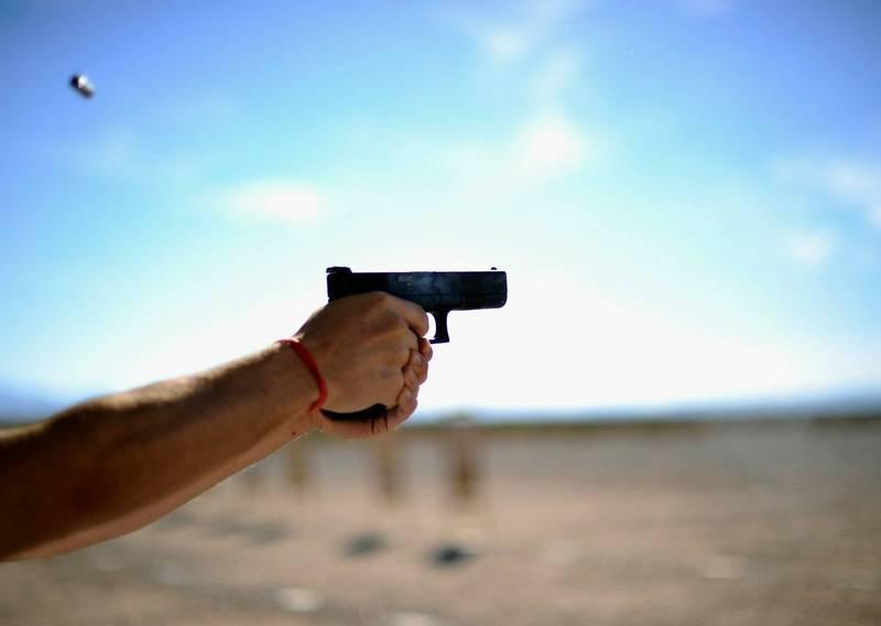 美國YouTuber為了要拍惡作劇影片假裝持刀搶劫,怎知路人以真有歹徒連忙拔槍將他擊斃。手槍擊發示意圖。(法新社)