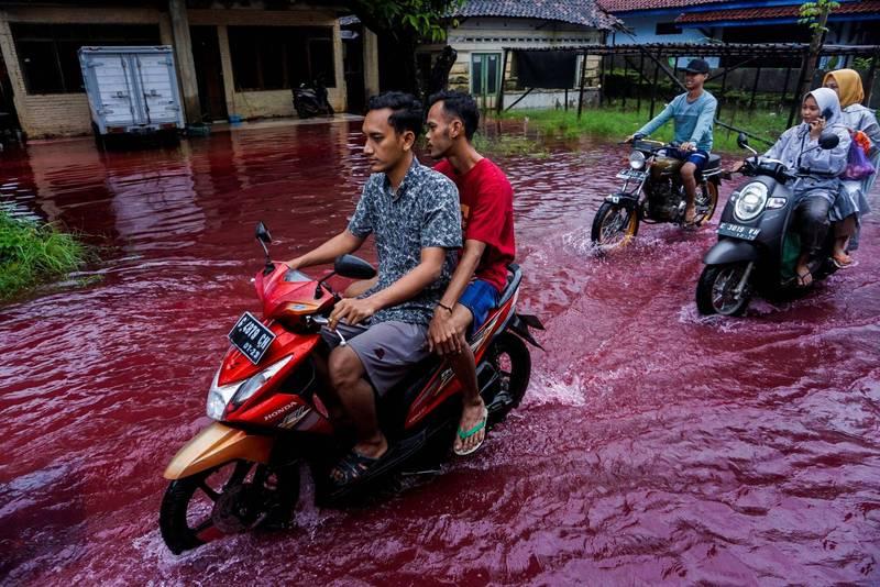 印尼發生洪災,而洪水竟是呈現紅色。(路透)