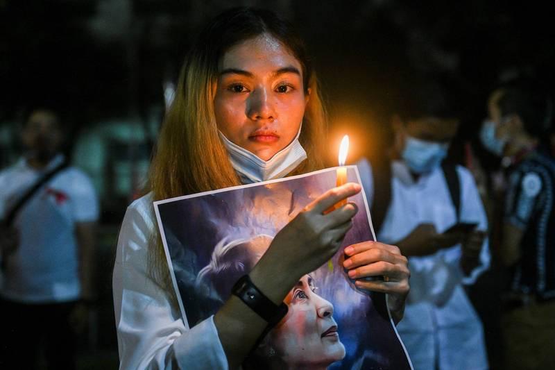 緬甸爆發軍事政變,民選領導人翁山蘇姬遭到軟禁,引起大批民眾上街抗議要求釋放翁山蘇姬。(路透)