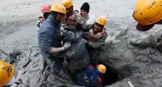 印度西藏邊境警察釋出影片,竟有受困在地道中的工人奇蹟獲救。(圖取自ITBP推特)