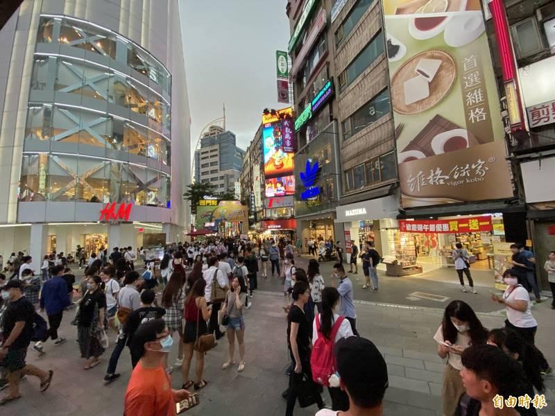 台北市民政局統計,台北市人口持續外流,2021年1月人口數為259萬7635人,跌破260萬大關。圖為台北西門町商圈。(資料照,記者鄭名翔攝)