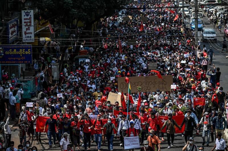 數以千計人高呼口號今日再度於仰光街頭遊行示威。(法新社)