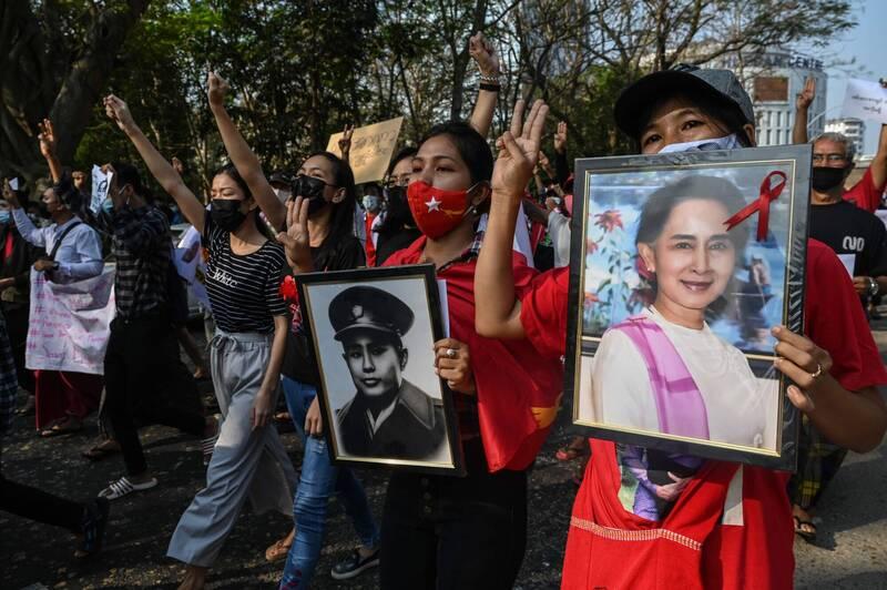 支持民選政府實質領導人翁山蘇姬的大批示威者仍連2日走上街頭,反對軍事獨裁。(法新社)