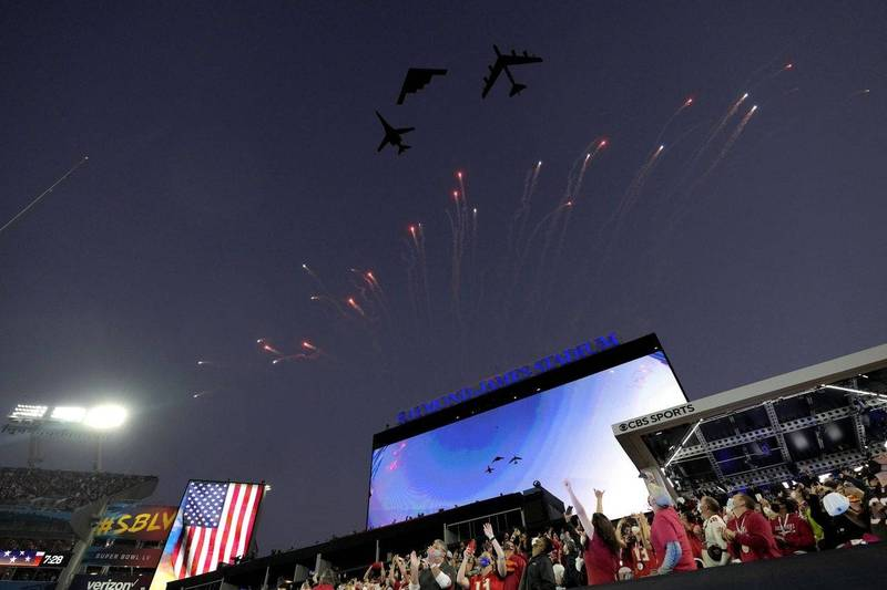 Three U.S. Air Force strategic bombers appeared at the opening ceremony of the Super Bowl on the 7th, making history.  (Associated Press)
