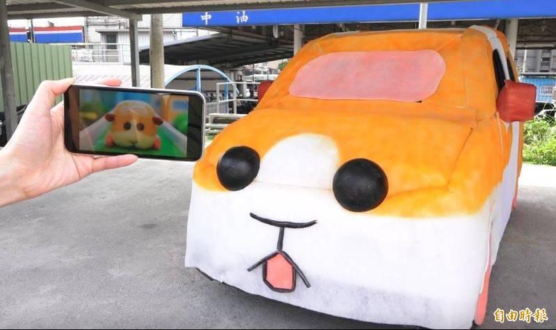 業者將動畫中的人物搬到現實來,還原天竺鼠車車可愛模樣。(記者謝佶勳攝)