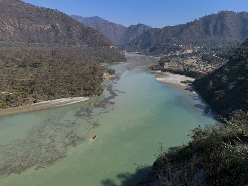 印度喜馬拉雅山南達德維冰川7日斷裂,衝破大壩引發洪水,專家指出恐是全球暖化、氣溫升高加速冰川消融。(美聯社)