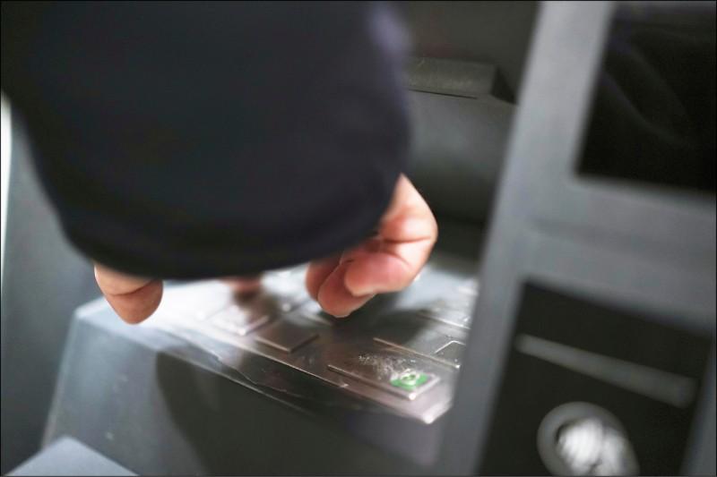 內政部公布年度詐騙手法前三名,「解除分期付款」超越2018、2019年的「假網拍」居冠。圖為民眾操作ATM示意圖。(記者涂鉅旻攝)