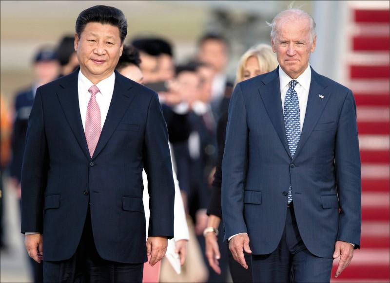 美國總統拜登(右)七日指稱,中國國家主席習近平「骨子裡沒有民主」。圖為二○一五年九月間,時任美國副總統的拜登接待訪美的習近平。(美聯社檔案照)