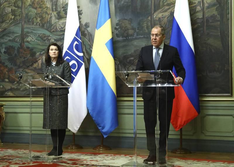 瑞典、德國、波蘭8日宣布,將各驅逐1名俄羅斯外交官。圖為瑞典外交部長林德(左)與俄國外交部長拉夫羅夫2日在莫斯科一起出席記者會。(美聯社檔案照)