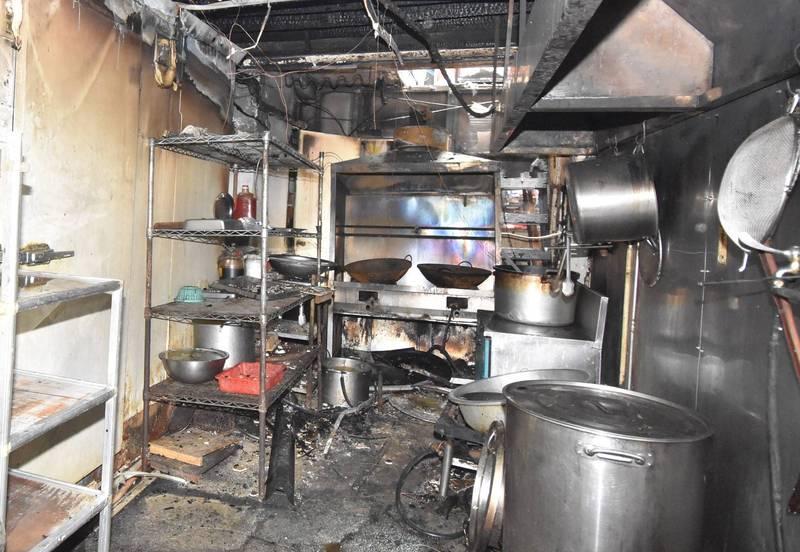 消防局指出,若遇油鍋起火應先將瓦斯關閉,再蓋上鍋蓋並覆上濕毛巾,避免移動油鍋或以水滅火。(記者姚岳宏翻攝)