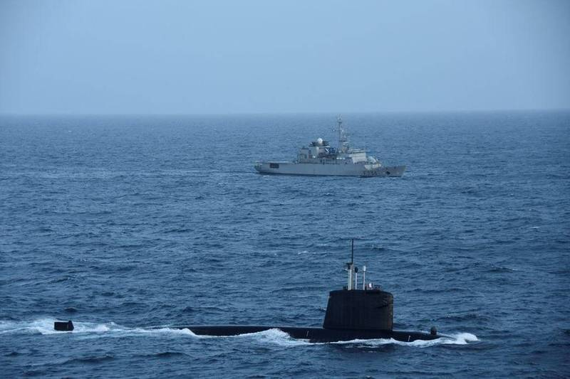 法國核動力攻擊潛艦「翡翠號」、支援艦「塞納河號」在南海航行。(圖擷自Florence Parly推特)