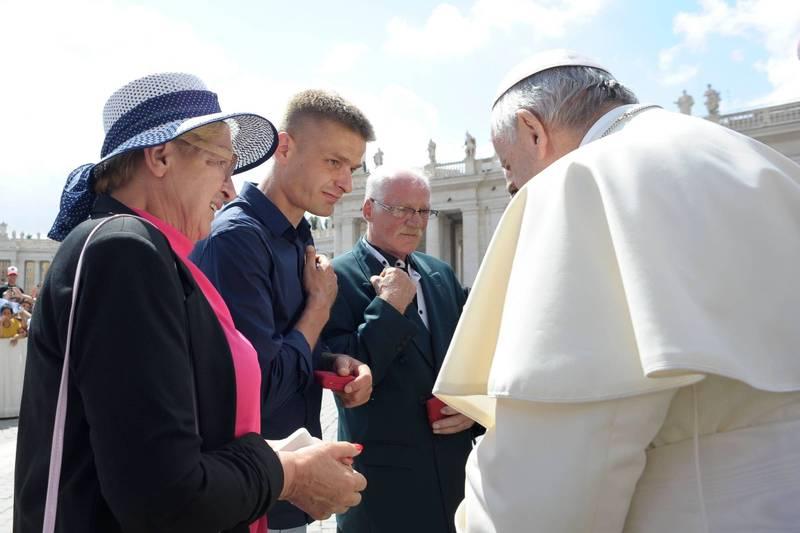 科門達(左二)與教宗會面。(法新社)