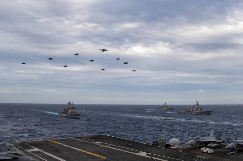 以美軍「尼米茲號」航空母艦(USS Nimitz)為主的「第11航艦打擊群」(CSG-11)今日和「羅斯福號」(USS Theodore Roosevelt)所屬「第9航艦打擊群」(CSG-9)在南海舉行雙航艦聯合演訓。(圖擷取自美軍第七艦隊官網)