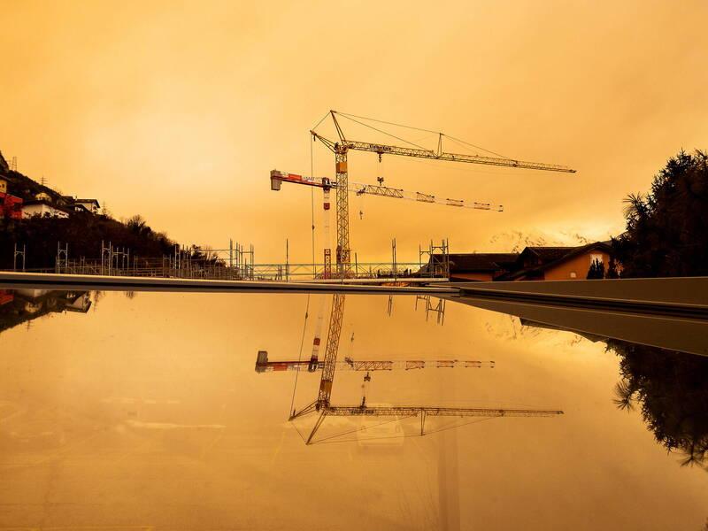撒哈拉沙塵席捲南歐和中歐。圖為瑞士天空一片橘。(歐新社)