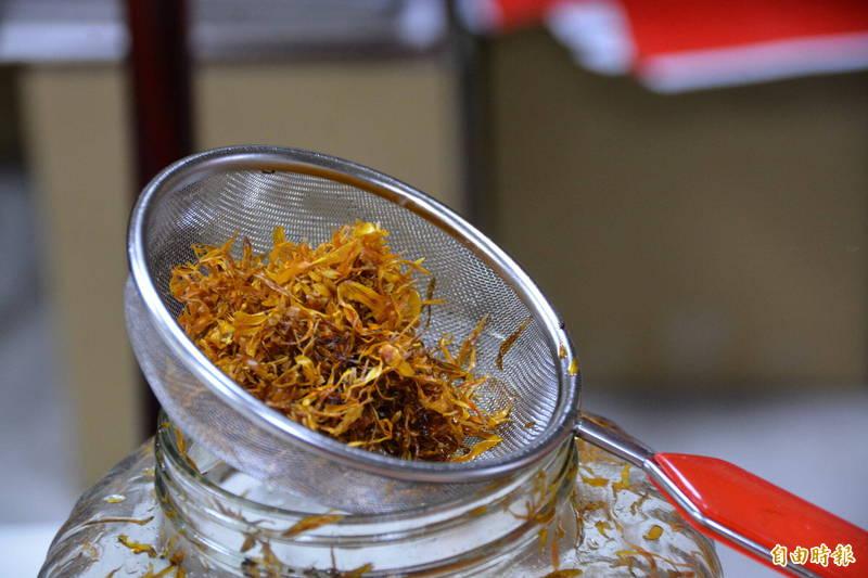 烘乾後的金盞花能以高級酪梨油浸泡,製成「金盞花浸泡油」。(記者王峻祺攝)
