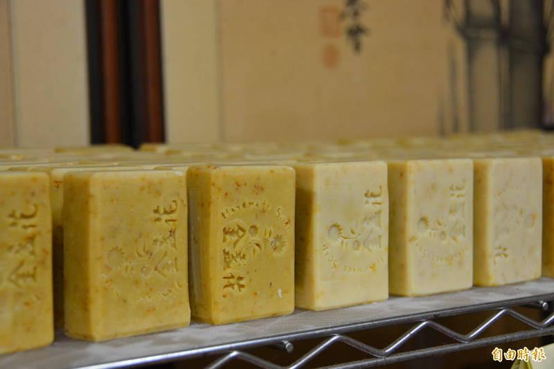 無毒烘乾後的金盞花,還可做成手工皂。(記者王峻祺攝)
