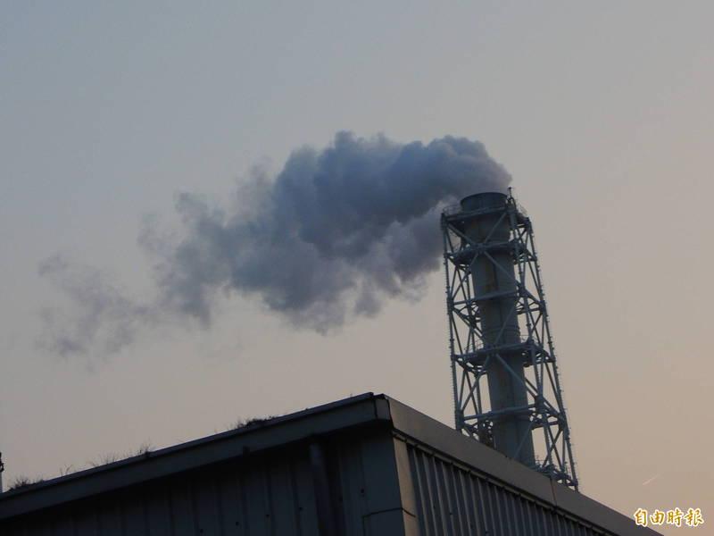 高雄市空污排放量前20大工廠,春節期間降載減排。(記者黃旭磊攝)