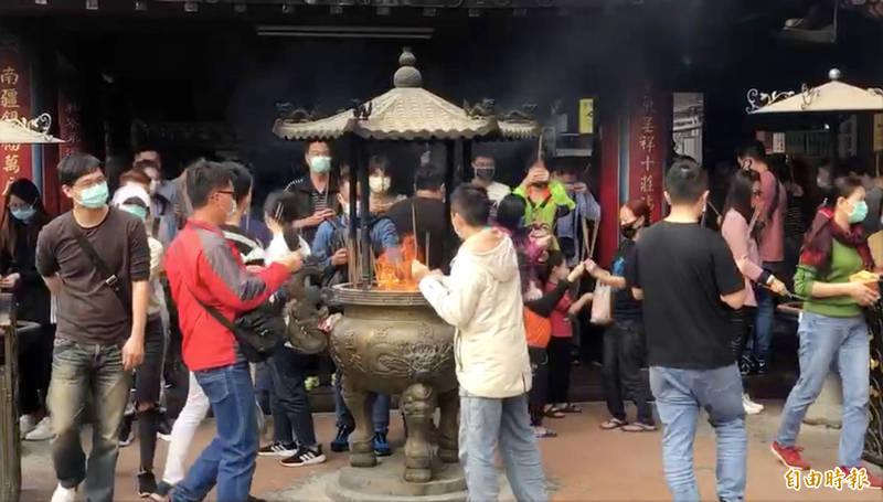 春節連假首日紫南宮的香客多,宮方提上大家儘量保持社交距離。(記者陳鳳麗攝)