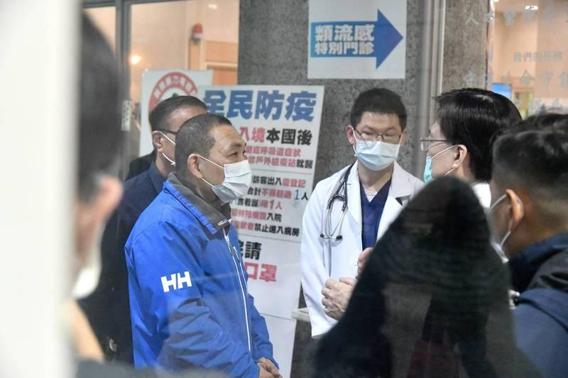 市長侯友宜晚間前往醫院關心張國聖情況。(圖由新北市政府新聞局提供)