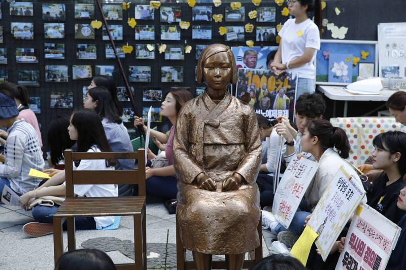 南韩首尔日本大使馆附近的慰安妇雕像。(欧新社)(photo:LTN)