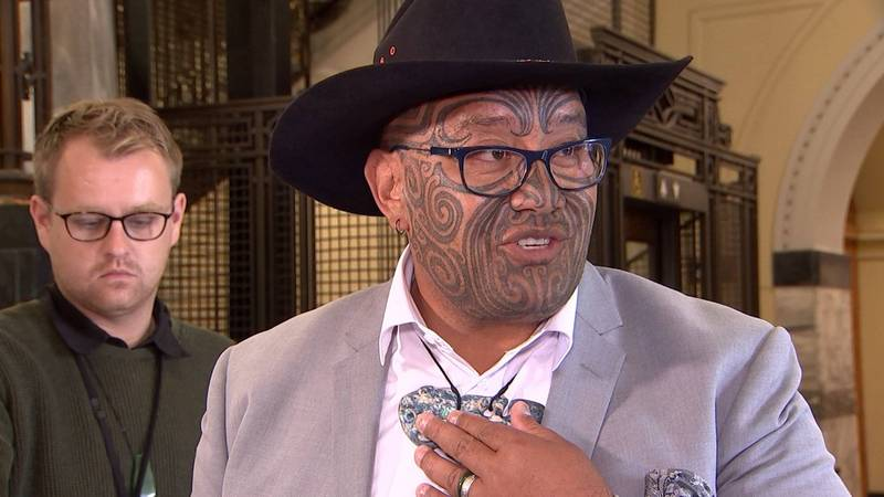 The New Zealand Parliament stipulated that a tie should be worn when entering the forum. The Indigenous Maori Party co-chair Viditi (pictured) was expelled yesterday for inconsistency with the regulations, sparking fierce debate. The New Zealand Parliament gave in today and allowed him to speak without a tie.  (AFP)